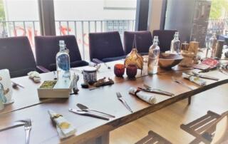 Boris Lauser Dinner Club. Langer, gedeckter Tisch in Boris Lausers Wohnung in Berlin-Kreuzberg.