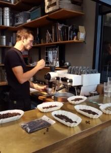 Philipp Reichel beim Kaffee zubereiten
