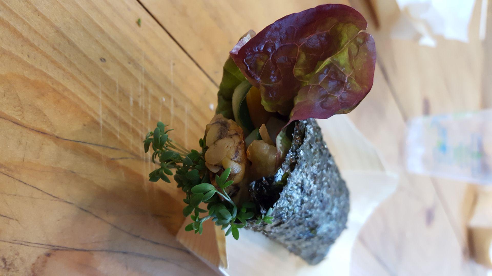 Tempeh in Sushirolle mit Salat und Kräutern