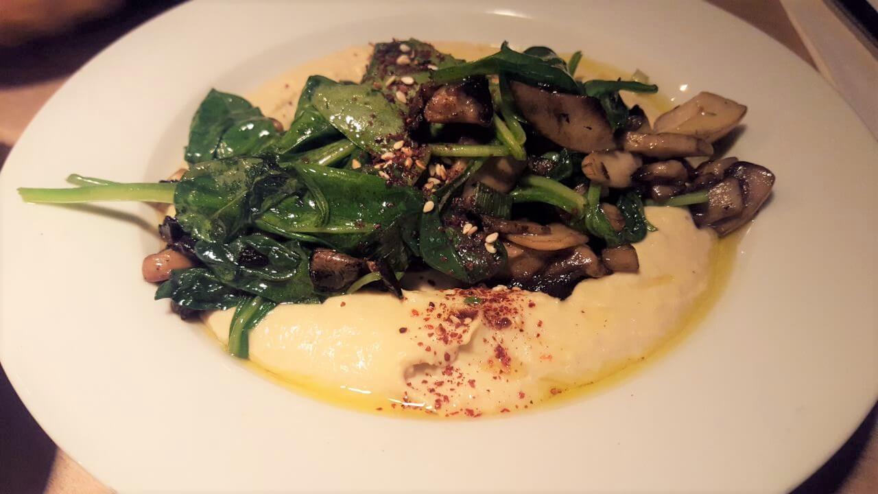 Djimalaya Hummus mit Spinat und Pilzen