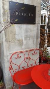 Terrasse und Restaurantschild Spindler