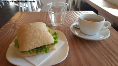 Tribeka Grieskai Ciabatta und Kaffee
