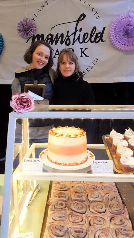 Angelina und Gabrielle hinter Kuchentheke am Breakfastmarket in der Markthalle Neun