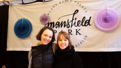 Angelina und Gabrielle von Mansfield Park aufgenommen am Breakfast Market in der Markthalle Neun in Kreuzberg