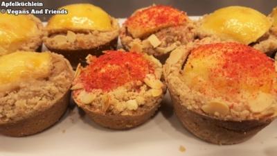Vegan Baking Basics - Apfelküchlein fertig dekoriert. Diese Variante des Apfelkuchens wurde in kleinen Muffinförmchen gemacht. Dekoriert mit Himbeerpulver und gehackten Pistazien.