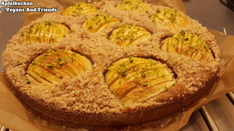 Apfelkuchen fertig dekoriert mit gehackten Pistazien