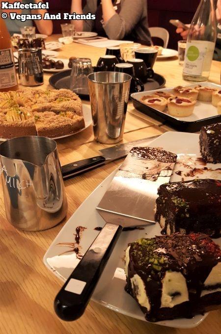 Vegan Baking Basics - es ist angerichtet. Auf dem großen Tisch stehen alle Kuchen bereit und können endlich verkostet werden.