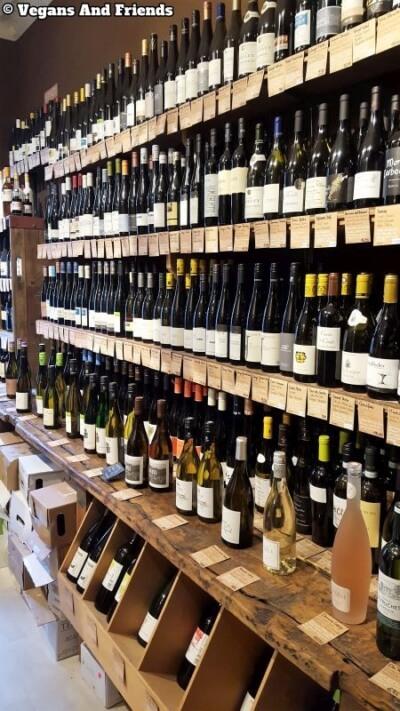 Goldhahn und Sampson Weine. Regal gefüllt mit Weinen aus aller Welt.