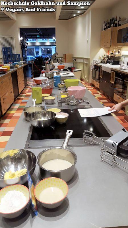Kochschule Goldhahn und Sampson Charlottenburg. Schüsseln, Töpfe, Mixer und andere Utensilien stehen auf der langen Arbeitsplatte bereit.