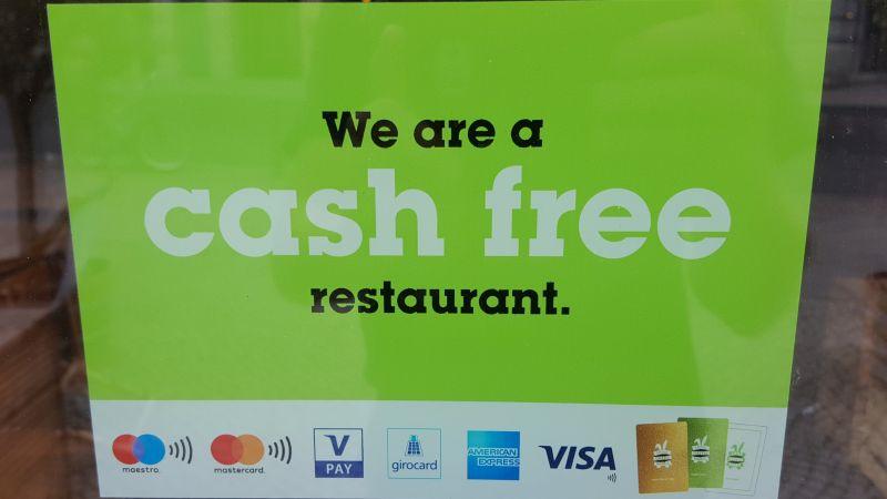 """Little Green Rabbit cash free. """"We are a cash free restaurant"""", ist hier zu lesen."""