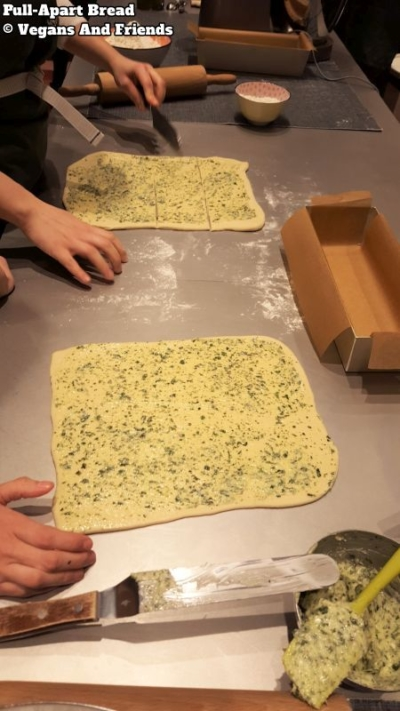 Vegan Baking Basics. Pull-apart bread. Dünn ausgerollt und in kleine Rechtecke geschnitten.