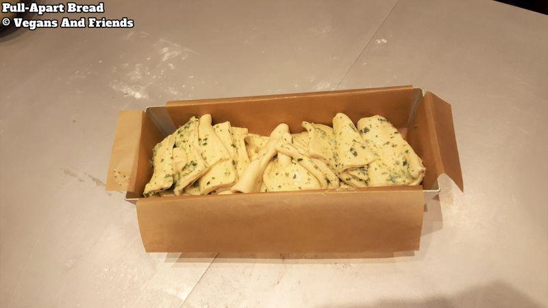 Pull-apart bread in Kastenform. Die einzelnen Teile werden aneinander gereiht. Nochmal gehen lassen und dann backen.