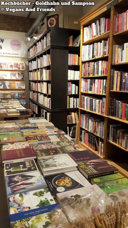 Goldhahn und Sampson. Riesen Auswahl an Kochbüchern. Büchertisch und Bücherwand voll mit Kochbüchern.