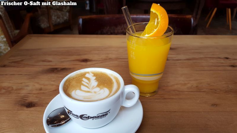 Zimt & Zucker, Kaffee & O-Saft mit Glashalm. Coffee & orange juice with glass straw.