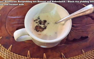 Bali Farm Cooking. Schwarzer Reispudding mit Kokosmilch und Banane serviert in einer Tasse.