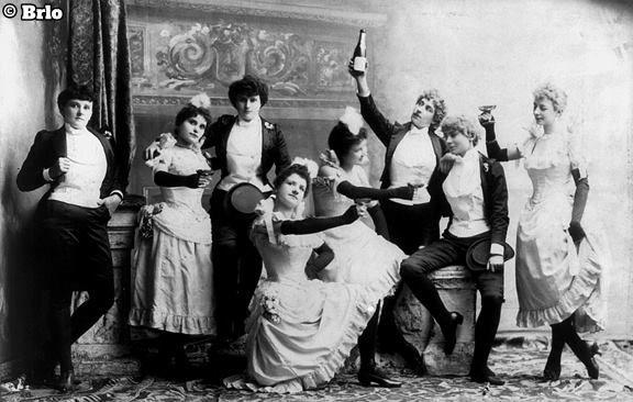 Brlo Loves You Brunch. Historisches schwarz-weiß Foto mit einer feiernden Runde.