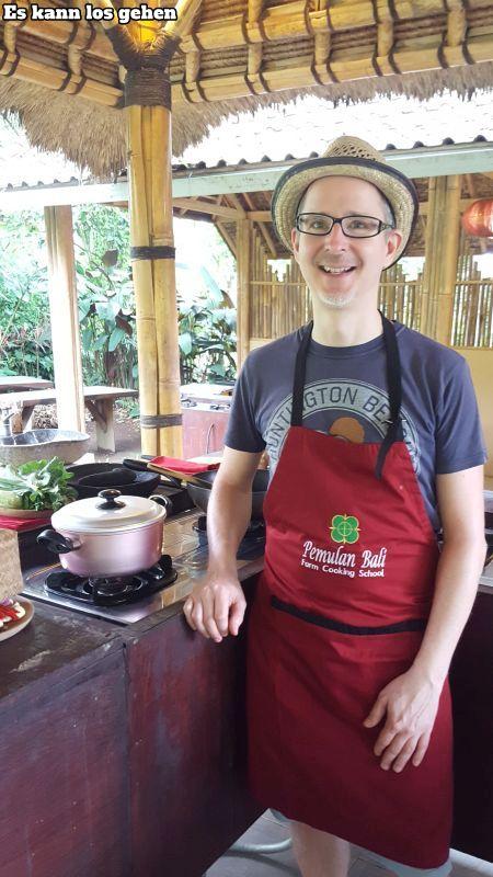 Bali Farm Cooking. Ich bin bereit. Schürze umgebunden, Töpfe, Pfanne, Schneidbrett und Zutaten sind bereit.