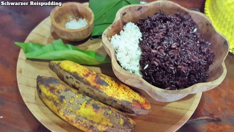 Bali Farm Cooking. Zutaten für schwarzen Reispudding. Schwarzer und weißer Reis, Palmzucker, Salz, Bananen und Kokosmilch.