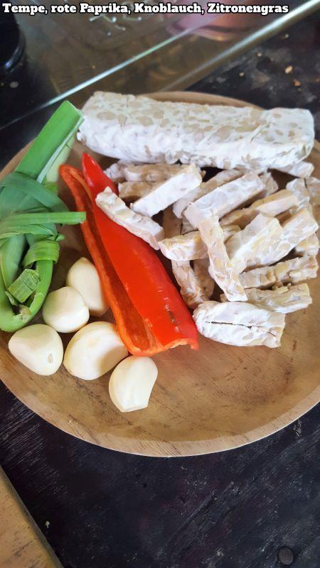 Bali Farm Cooking. Tempe, Knoblauch, rote Paprika, Zitronengras. Zutaten für Tempe süß-sauer.