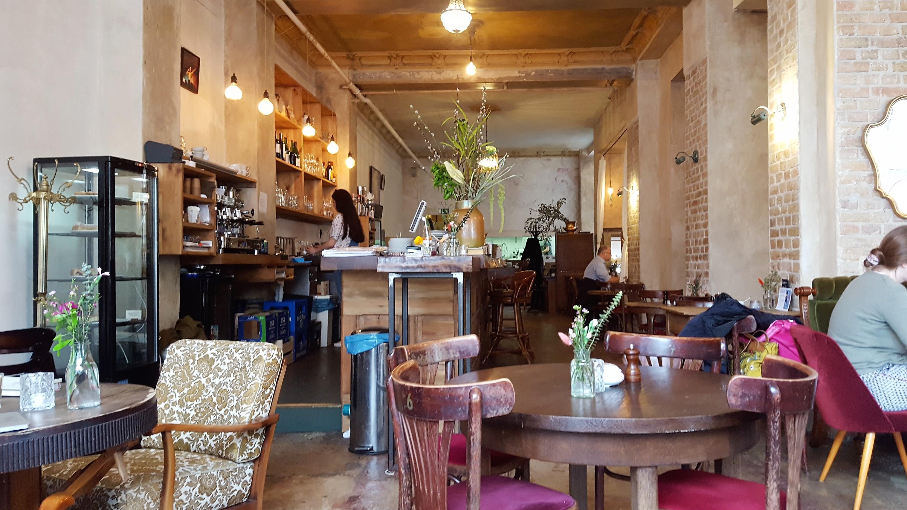Zimt & Zucker Potsdamer Strasse Blick zur Bar und entlang nach hinten bis zur Küche.