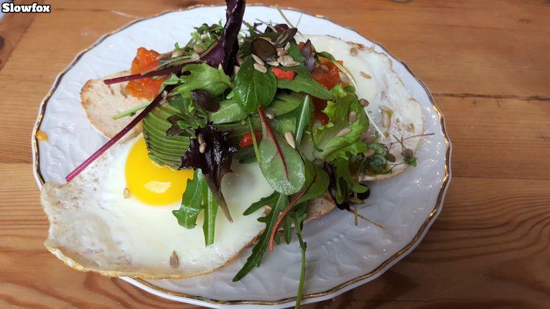Zimt & Zucker Slowfox. 2 Spiegeleier auf Sauerteigbrot entweder mit Avocado und Tomate oder mit Bacon und Grünkohl.