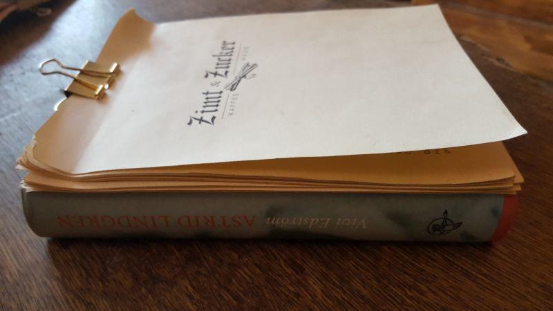Zimt & Zucker Speisekarte / Menu. Die losen Blätter der Speisekarte sind auf einen Buchdeckel geklemmt. The loose leafs of the menu a clipped to the a book cover.