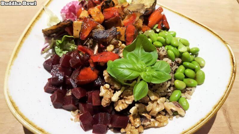 dean&david buddha bowl. Gegrilltes Gemüse (Süßkartoffeln, Aubergine, Paprika, Zucchini, Zwiebeln), Edamame, Walnüsse, Rote Bete, Salat, Quinoa, Vollkornreis, Basilikum, Ingwer-Sesam-Dressing.