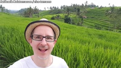 Jatiluwih Reisterrassen/rice terraces. Me in the front, rice terraces, in between a few palm trees. Ich im Vordergrund, dahinter Reisterrassen und dazwischen ein paar Palmen.