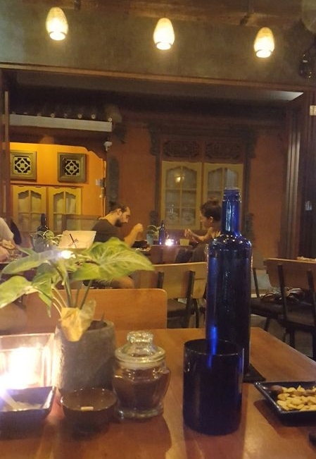 Cafe Vida's interior is dominated by dark wood. On arrival you automatically get a bottle of mineral water.