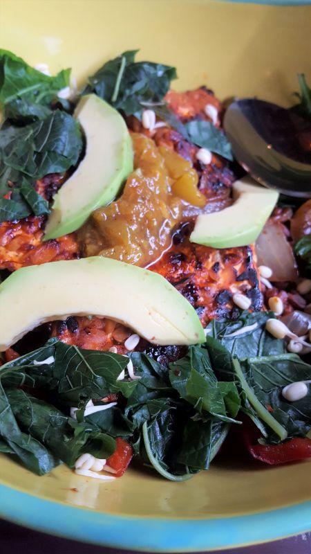 Clear Café dragon bowl. Bowl mit Avocado, Tempe, Sprossen und anderem Gemüse.