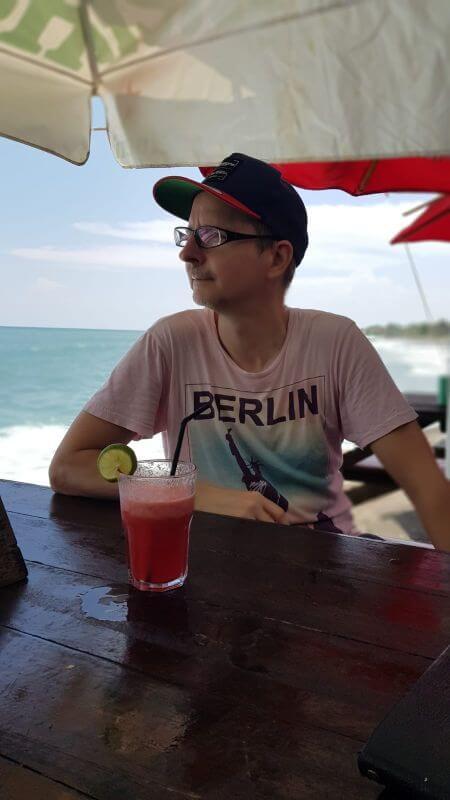 Dian Cafe Canggu. Blick in die Ferne. Arnold mit einem Wassermelonensaft.