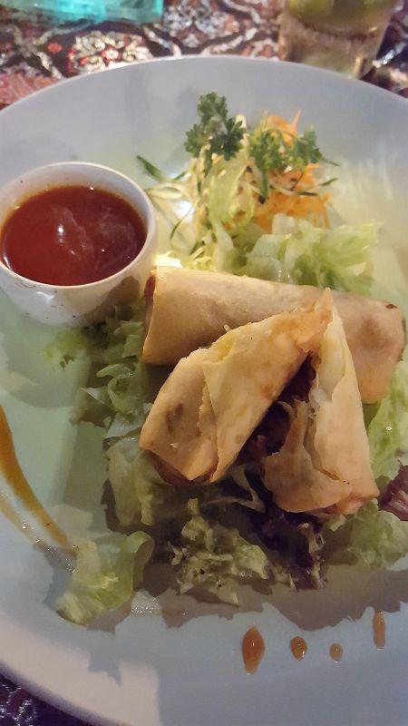 Essen in Ubud. Gedong Sisi Warung. Lumpia Sayur. Vegetarische Frühlingsrollen mit süß-saurer Soße.