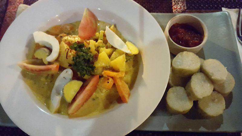 Essen in Ubud. Gedong Sisi Warung. Vegetarisches Curry mit Reisknödeln.