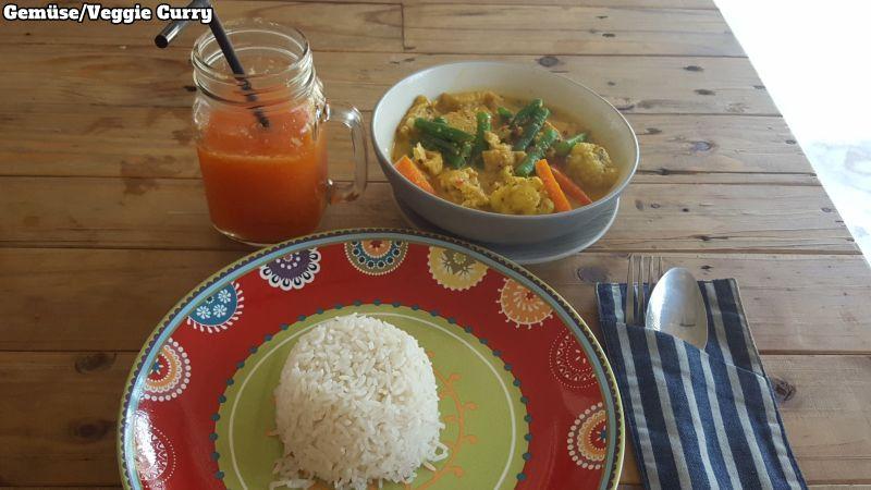 Makan Warung Canggu. Gemüse Curry aus grünen Bohnen, Karotten, Blumenkohl, Tempe und Tofu. Dazu eine Portion Reis und einen Papayasaft.