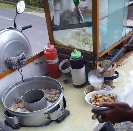 Streetfood Canggu. Preparation of the soup.