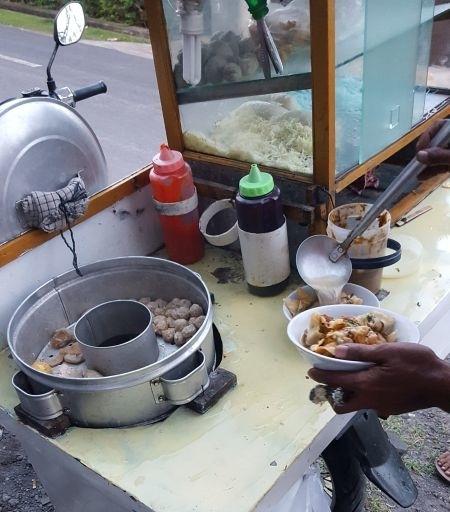 Streetfood. Zubereitung der Suppe.