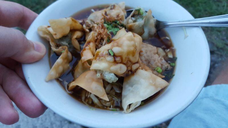 Streetfood Canggu. Suppe mit Gemüse und anderen Einlagen serviert in Keramikschale und mit Metalllöfel - plastikfrei also.