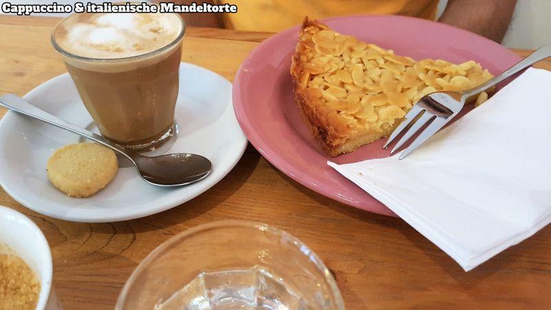 Kaffee latte und italienische Mandeltorte.