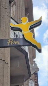 Peter Pane. Fasadenschild.