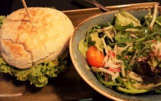 Peter Pane Burger: Feenflügel, mit Landhähnchen, im Sauerteigbrötchen, dazu ein gemischter Salat.
