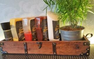 Peter Pane Soßen in einem Holzkasten wie eine Schatztruhe. Ketchup, Mango-Curry, BBQ und Mayonaise. Alle vegan.