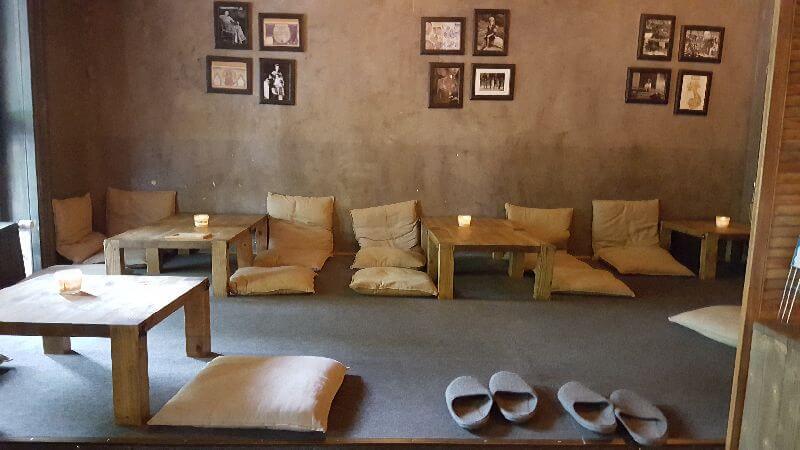 Loungebereich. Schuhe aus und Platz nehmen auf den Kissen an den niedrigen Tischen.