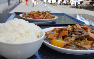 Veganer und Nichtveganer gehen in Genf essen. Asiatische geht immer.