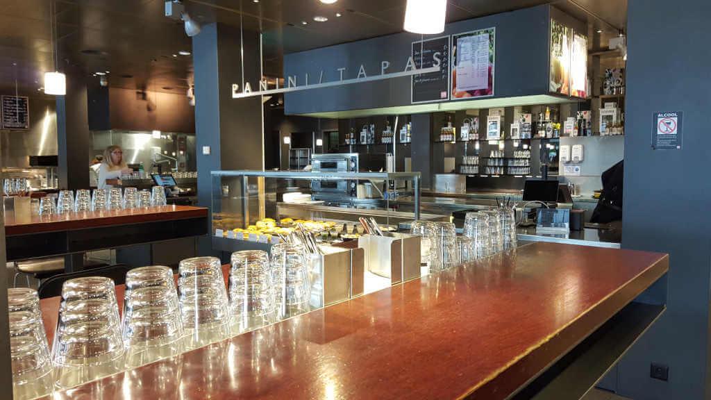 Veganer und Nichtveganer gehen in Genf essen. Foodcourt im Globus Kaufhaus.