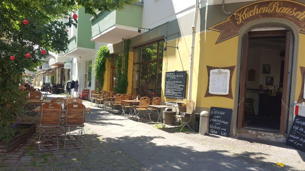 Frühstück Special Berlin. Kuchenrausch Aussenbereich. Viel Platz in der Sonne oder unter schattigen Bäumen.