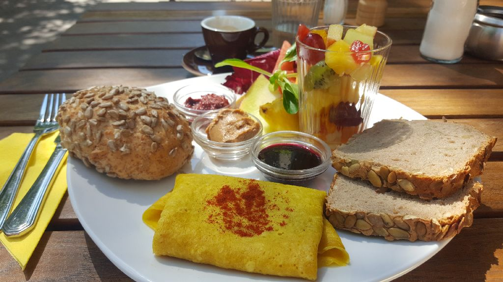 Kuchenrausch veganes Frühstück mit Crêpe gefüllt mit Avocadocreme, Rote-Beete-Meerrettich Aufstrich, Erdnussbutter, Marmelade und Obstsalat.