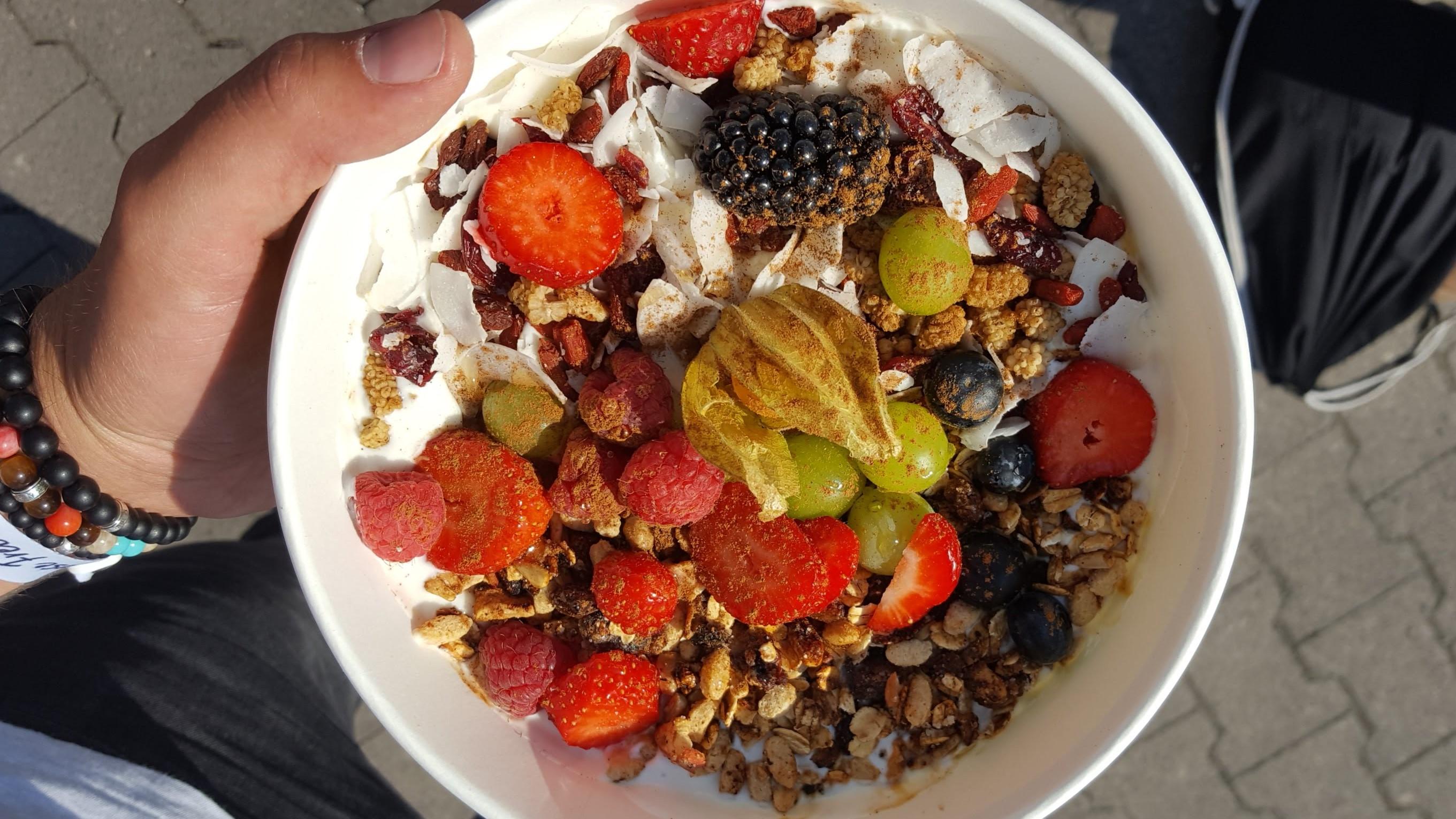 Frühstück Special Berlin. Milch & Zucker. Power Müsli Schale. Frische Früchte, Nüsse, Agavendicksaft, Soja-, Hafer- oder Mandelmilch.
