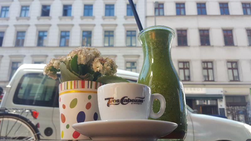 Frühstück Special Berlin. Milch und Zucker Kaffee und Smoothie