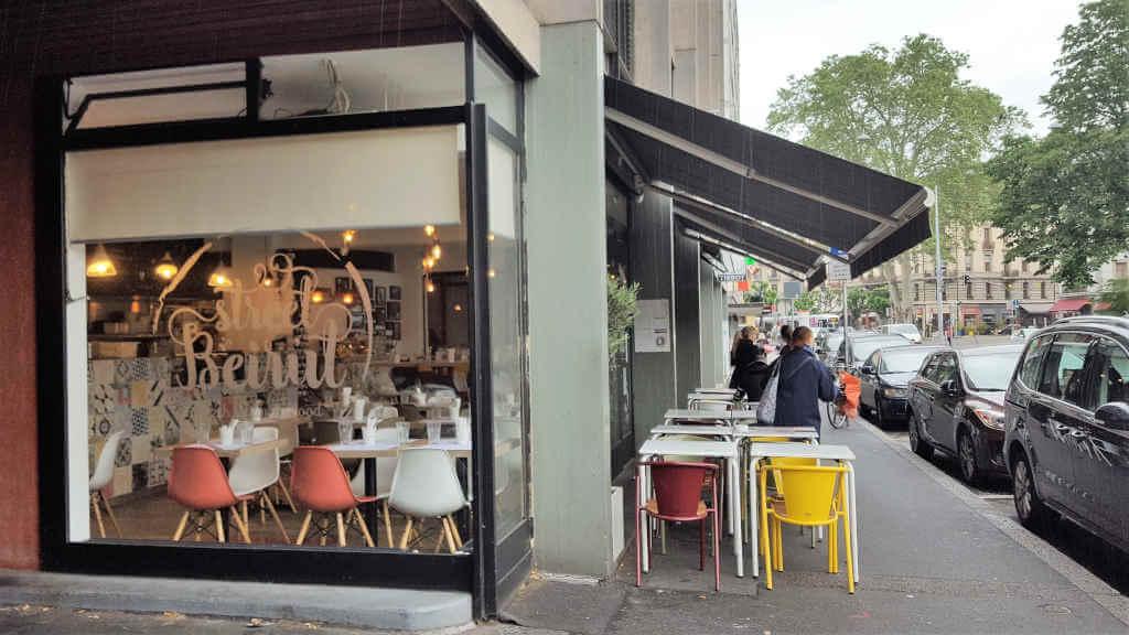 Veganer und Nichtveganer gehen in Genf essen. Street Beirut von außen.