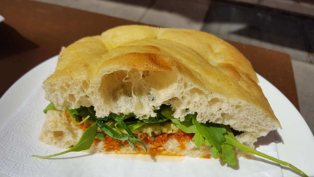 Veganer und Nichtveganer gehen in Genf essen. Veganes Sandwich im Wolfisberg.